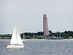 Laboe Naval Memorial - Image: Ehrenmal und Uboot Laboe