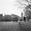 Enschede Links een jeep met aanhanger Rechts zicht op de toren van het stadhuis, Bestanddeelnr 900-2367.jpg