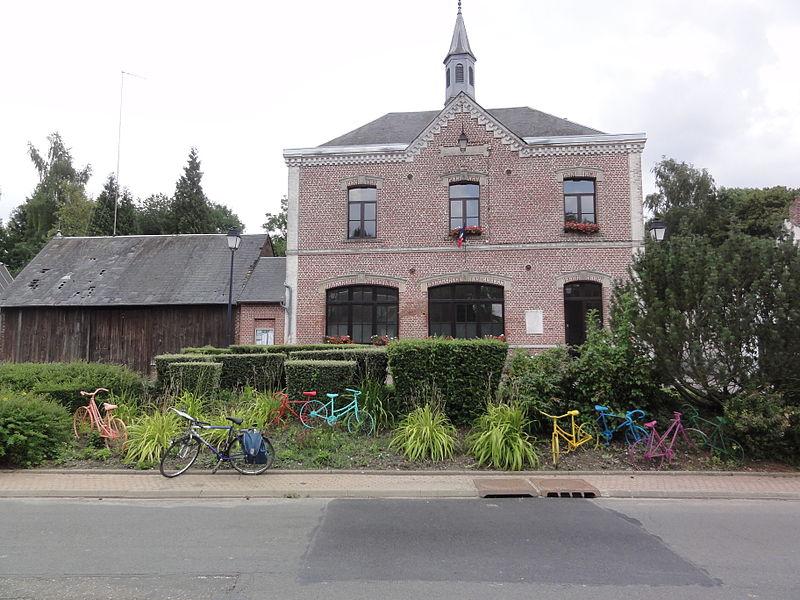 Essigny-le-Petit (Aisne) mairie (avec bicyclettes)