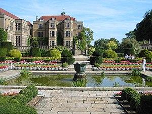Fanhams Hall, di dekat Ware, Herts.  Tempat resepsi pernikahan populer dan pusat konferensi, diatur dalam 27 hektar kebun.  Sampai baru-baru ini dimiliki oleh Sainsbury.