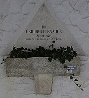Feuerhalle Simmering - Arkadenhof (Abteilung ALI) - Friedrich Knauer 01.jpg