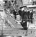 First Lord of the Admiralty A.V. Alexander gaat van boord van een Nederlands oo, Bestanddeelnr 935-0058.jpg