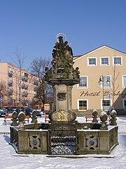 Sloup se sochou Panny Marie Karmelské