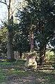 Frankfurt-Zeilsheim, Friedhof, Kreuz mit Pfarrergräbern.JPG