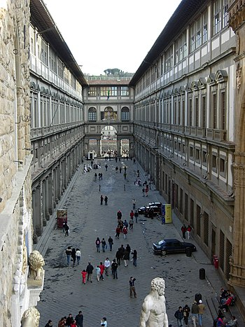 A view at Galleria degli Uffizi from the front...