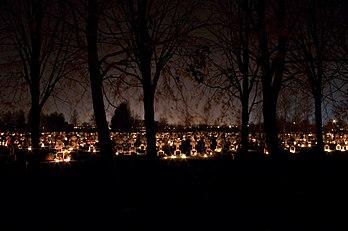 Le cimetière de Ginkūnai (Šiauliai, Lituanie) dans la nuit séparant la Toussaint du jour des fidèles défunts. (définition réelle 4491×2983)