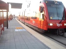 Archivo:Green line San Diego Trolley arriving at Gillespie Field.ogv