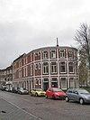foto van Bakstenen woningcomplex met witte gepleisterde banden