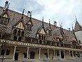 Hôtel-Dieu de Beaune - Cour d'Honneur (35524472691).jpg
