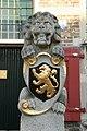 Halsteren - Dorpsstraat 22 - Raadhuis - Bordes leeuw met de Nederlandse leeuw.JPG