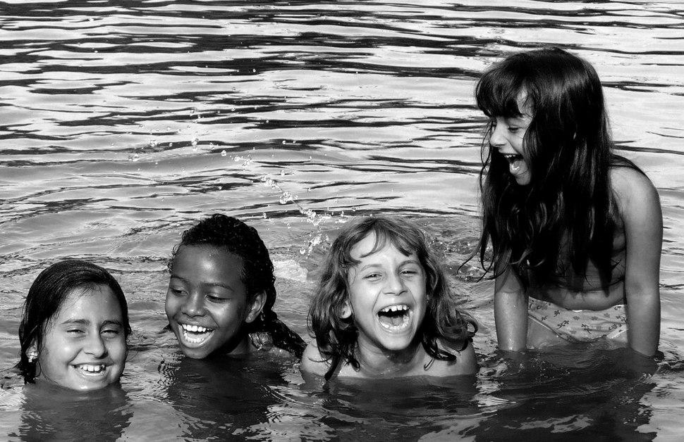 Imaginando o oceano, as crianças brincam na poça d'água