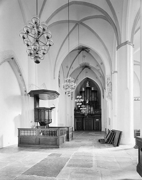file interieur overzicht naar het oosten met preekstoel