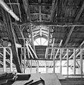 Interieur,gedeelte van de houten kapconstructie met halfrond raam, tijdens verbouwing - Dinther - 20336448 - RCE.jpg