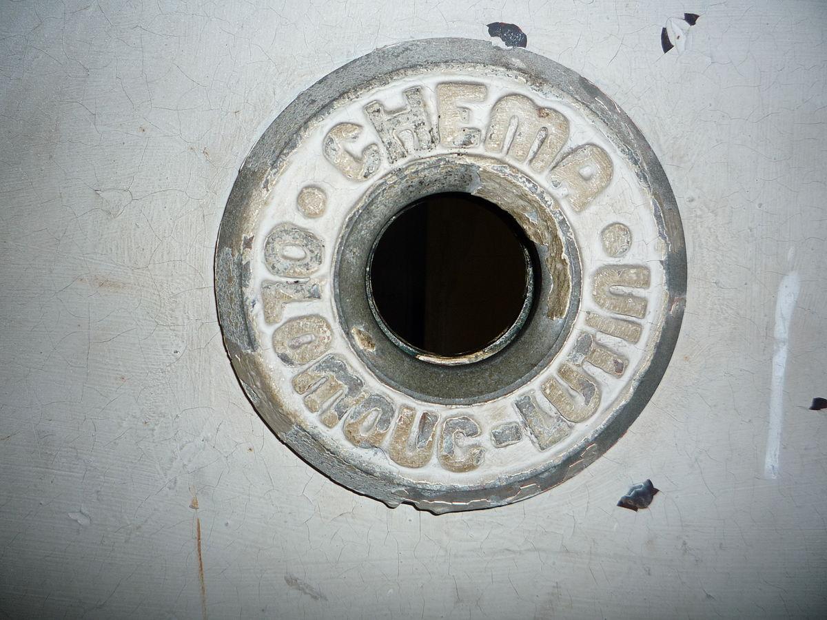 File judas de la porte de la chambre gaz du camp de - Existence des chambres a gaz ...