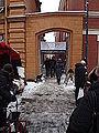 Julmarknad på Gamla Stortorget 2014 Klostermellangatans port.JPG