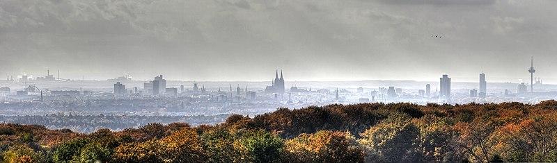 File:Köln Skyline an einem regnerischem Tag 2009.jpg