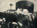 König Friedrich VIII von Dänemark auf dem Totenbett im Hotel in Hamburg, 1912.png