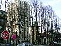 Kakanj, stara (kostelik) a nova (avantgardni panelak) archit.jpg