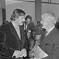 Karel Appel en Willem de Kooning voeren een ontspannen gesprek, Bestanddeelnr 921-6944.jpg