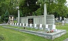 Karviná, hřbitov, památník a hrob obětí důlní katastrofy v roce 1924 (16).JPG