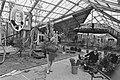 Keukenhof'85 vanaf 29 maart weer open twee dames bezig met het inrichten van he, Bestanddeelnr 933-2770.jpg