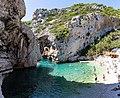 Kieselstrand zwischen Klippen an der Bucht Stiniva auf Vis, Kroatien (48693511908).jpg