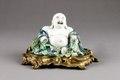 Kinesisk porslinsfigur föreställande Budai, på bronsplatta från 1800-talet - Hallwylska museet - 95963.tif