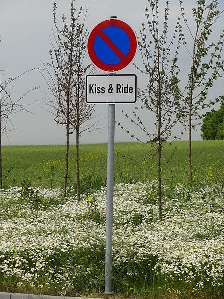 File:Kiss and ride (Häuserhof) 05.JPG