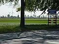 Koningsbosch (Echt-Susteren) entreebord; actergrond molenpark in Duitsland.JPG