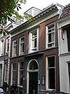foto van Pand met gevel met rechte kroonlijst en brede ingangsdeur, mansarde dak