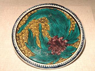 Kutani ware - Ko-Kutani porcelain four colours Aote type plate with flower design in enamel, late 17th century, Edo period
