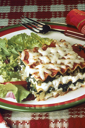 English: The lasagna is made with spinach (as ...