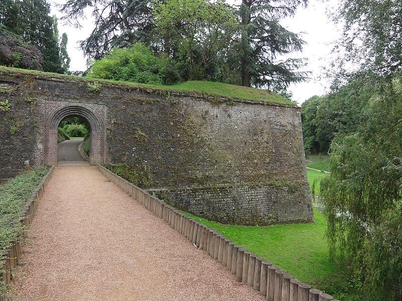 Le Quesnoy (Nord, Fr) remparts, un passage