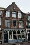 foto van Achterbouw met rechte kroonlijst en zadeldak, a.d. Nieuwe Rijn