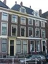 foto van Pand onder een dak met het nr 53. Ionische pilasterstelling over beide verdiepingen. Deuren en vensters gewijzigd. Lod. XV deuromlijsting. Hardstenen stoep en palen
