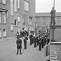 Leider van muziekkorps drukt hand van fabrieksdirecteur Jan van Abbe, Bestanddeelnr 255-8437.jpg