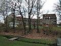 Leszczyny, budynek przy rondzie 03.jpg