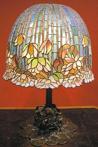 Art Nouveau - Image: Louis comfort tiffany, lampada da tavolo pomb lily, 1900 10 ca