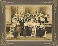 Mamãe Villon (Foto em escadaria com várias outras senhoras)-1.jpg