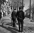Man met stokbroden tegen de achtergrond van de Madeleine, Bestanddeelnr 254-0415.jpg