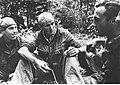 Marynarz Ernst Schehinger podczas rozmowy z kolegami (2-2584).jpg