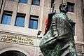 Medio perfil de la escultura de Salvador Allende y placa del edificio del ministerio de justicia y derechos humanos.jpg