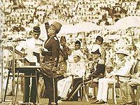 マラヤ連邦の独立を宣言するトゥンク・アブドゥル・ラーマン
