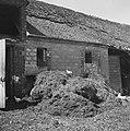 Mestvaalt voor een geruïneerde boerderij, Bestanddeelnr 900-6003.jpg