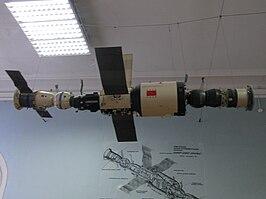 Een model van Saljoet 6, met links een Sojoez T. Rechts is een Progress zichtbaar