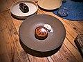 Mousse de Chocolate con Avellanas Pay de Manzana con Nieve de Vainilla (38696925674).jpg