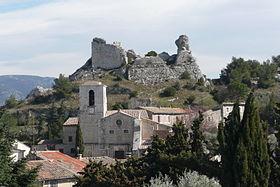 Les ruines du château du duc de Guise dominent la localité. Plus en avant, sur la gauche, se dresse l'église Notre-Dame de l'Assomption