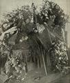 Os funeraes de Teofilo Braga; a urna mortuária no vestibulo da antiga Sala dos Reis, no Mosteiro dos Jerónimos - Ilustração Portugueza (09Fev1924).png