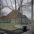 Overzicht boerderij, brug met toegangshek, voorgevel en linker zijgevel - Middenbeemster - 20371602 - RCE.jpg