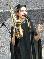 PJ Harvey @ Pitchfork, Chicago 7 15 2017 (26693943918) (cropped).jpg